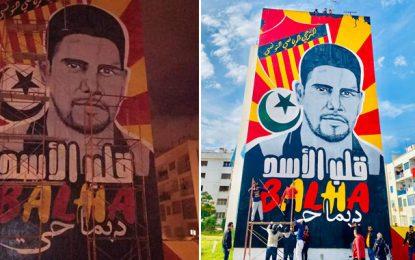Un portrait géant de Hedi Berrekhissa peint sur la façade d'un immeuble à l'Ariana