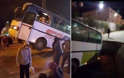 Un bus tombe dans un trou causé par l'affaissement d'une route à Bir El-Kassaa (Vidéo)
