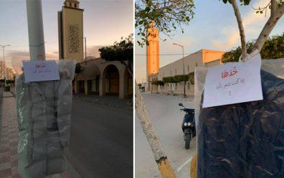 «Prends-le si tu as froid» : Des manteaux accrochés dans les rues de Gabès pour les démunis