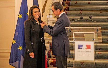 L'actrice tunisienne Hend Sabry décorée Officier des Arts et des Lettres par l'ambassadeur de France au Caire