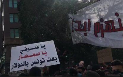 «La rue appartient au peuple» : Les manifestants arrivent à l'Av. Bourguiba et appellent à la chute du régime