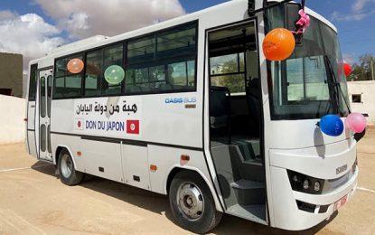 Don japonais d'un minibus scolaire à une école primaire de Tataouine