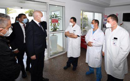 Le président Saïed se rend à la clinique pour s'enquérir de l'état de santé de Mohamed Ennaceur