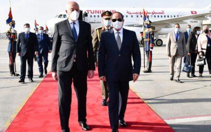 Le président Saïed accueilli à l'aéroport du Caire par son homologue égyptien Abdelfattah Al-Sissi (Photos)