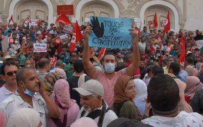 Tunisie : Le SNJT dénonce des agressions contre les journalistes par des manifestants anti-Saïed